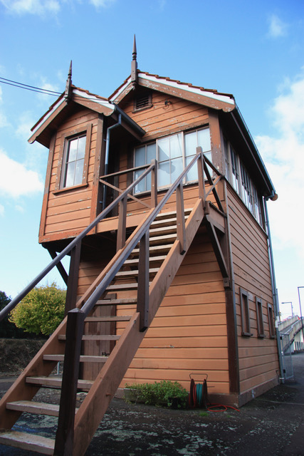 Remuera Station Signal Box. Brian Cairns Photographer 19 May 2009. Auckland Libraries Heritage Collections.